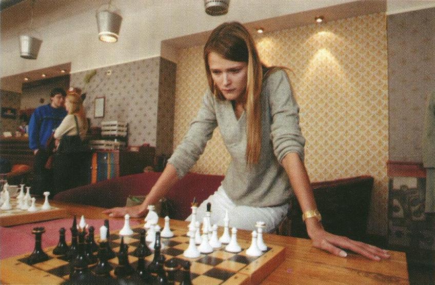 Мужчин Кармен Касс может заставить шевелиться своим взглядом, а вот шахматные фигуры не склонны так легко поддаваться чарам модели